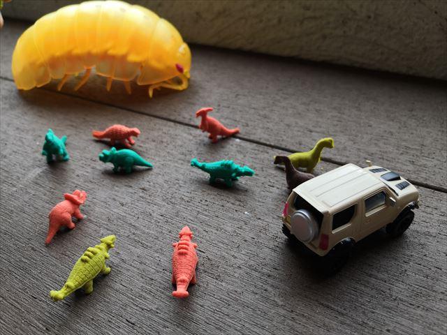 ダンゴムシと恐竜の人形