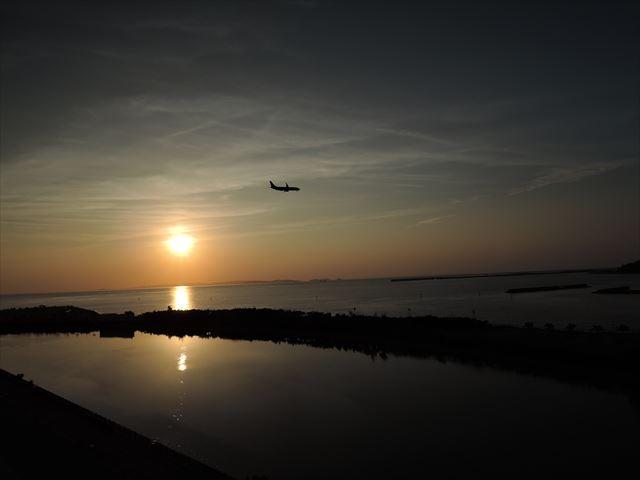 飛行機と夕焼け