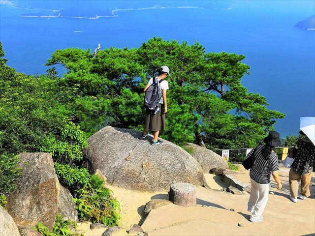 岩に登る子