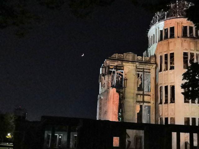 三日月と原爆ドーム