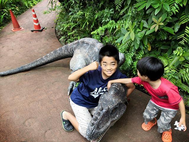 恐竜を仕留めた写真
