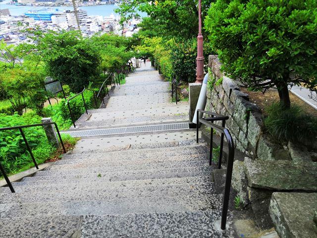 千光寺から階段を下りていきます