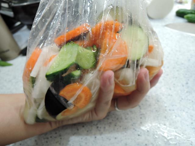 野菜をもむ