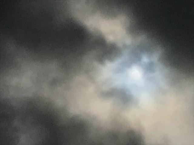 曇り空の向こうに